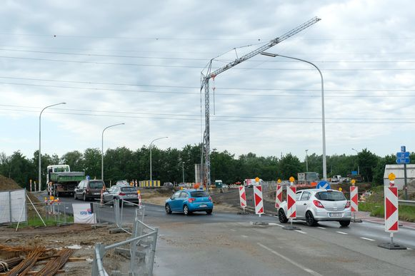 De werken aan de brug over het Albertkanaal zullen pas vermoedeijk in het najaar weer aangevat kunnen worden. n