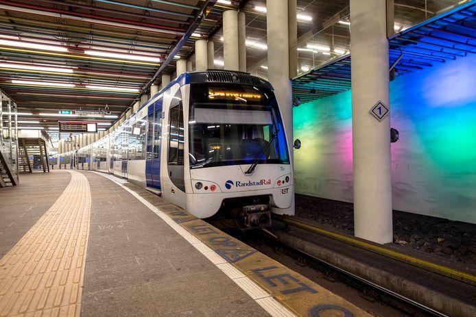 Loopt er straks een geboorde metrotunnel onder de Nieuwe Maas door? Voor de gemeente Rotterdam en het Rijk geldt dit als een van de opties voor een nieuwe oeververbinding, tussen Kralingse Zoom en Zuidplein.