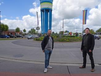 Regenboogvlag aan watertoren, met de hulp van Christophe uit Blind Getrouwd