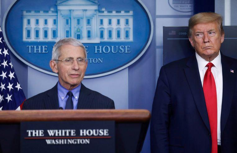 De Amerikaanse president Trump (rechts) en zijn adviseur dokter Fauci. Beeld REUTERS