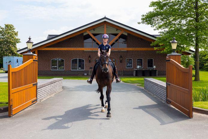 Dressuuramazone Dinja van Liere met haar paard Hermes bij hengstenstal Joop van Uytert.