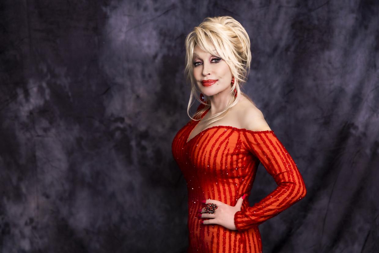 Wim Opbrouck: 'Dolly beseft zelf ook wel dat ze er ordinair uitziet – die opgespoten lippen en borsten, die platinablonde pruik – maar ze zal de eerste zijn om er grapjes over te maken.' Beeld RV