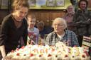 Geassisteerd door zijn dochter Marjolein maakt Jan Naaijkens zich op voor een taart met 100 kaarsjes.