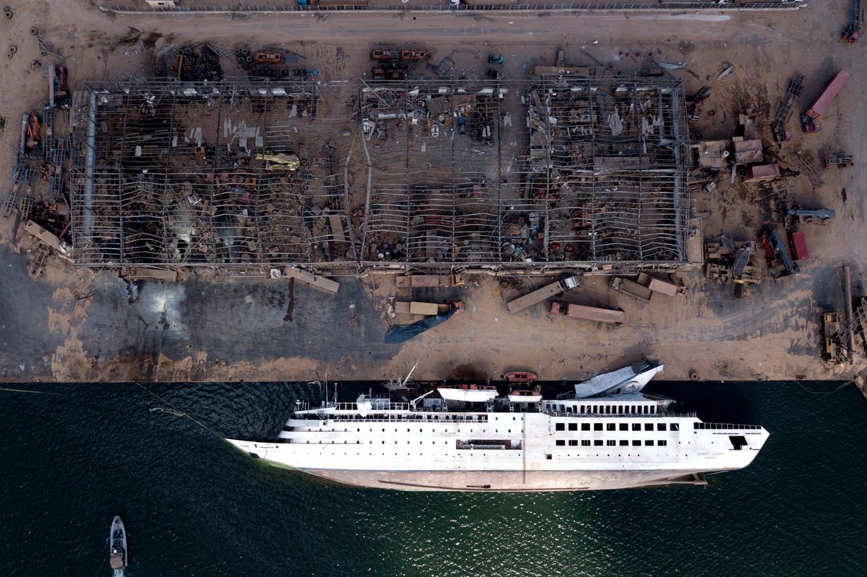 Een gekapseisd schip in het havengebied, vier dagen na de explosie.  Beeld EPA