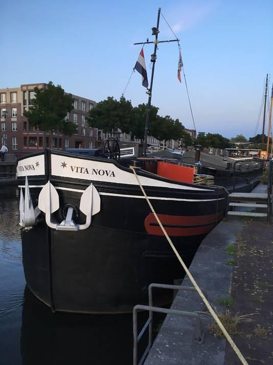 Vita Nova, met trossen gebonden en het anker gehesen aan de kade van de Eemhaven