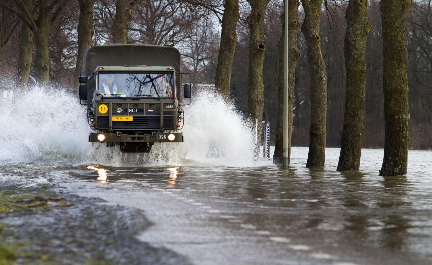 Tijdens hoge waterstanden zoals hier in het Limburgse Aijen werden de viertonners ingezet om bewoners te vervoeren.