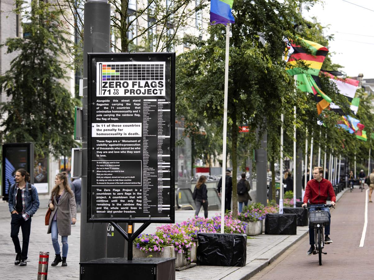 Het Zero Flags Project op het Rokin. Vanwege de coronamaatregelen vindt het 25-jarige jubileum van het grote lhbti-evenement in aangepaste vorm plaats.
