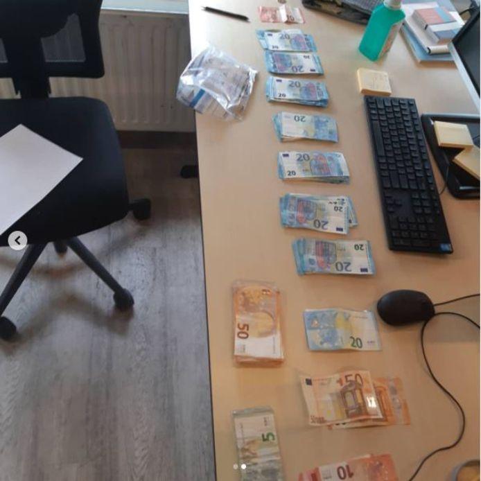 Na verder zoeken bleek de man ook enkele honderden euro's aan contant geld bij zich te hebben.