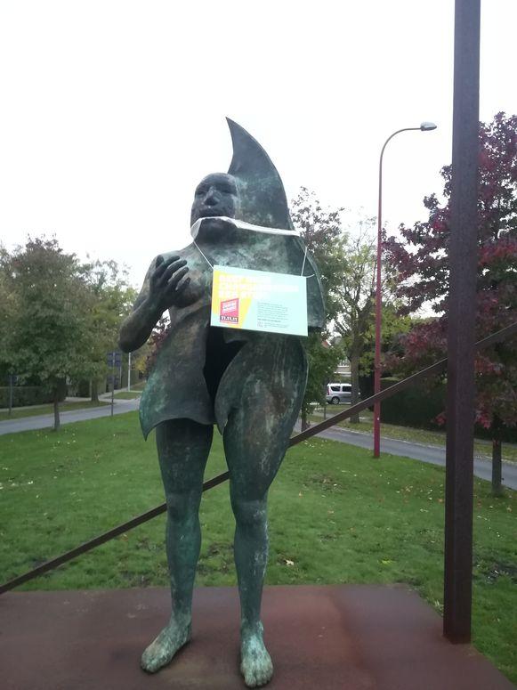 Ook het standbeeld De Stadswachter werd in het kader van de 11.11.11-campagne gekneveld.