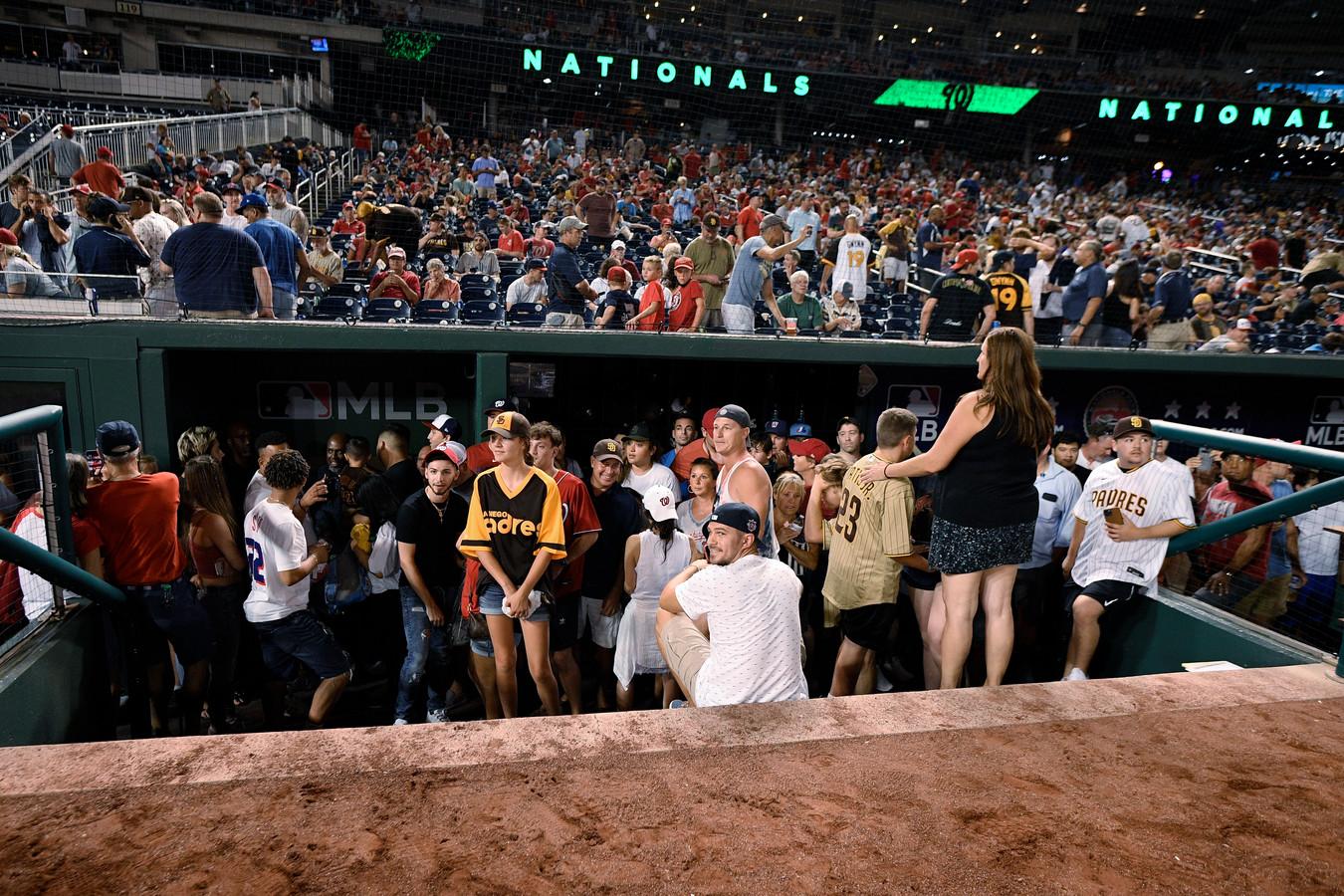 Toeschouwers verzamelen zich in de dug out.
