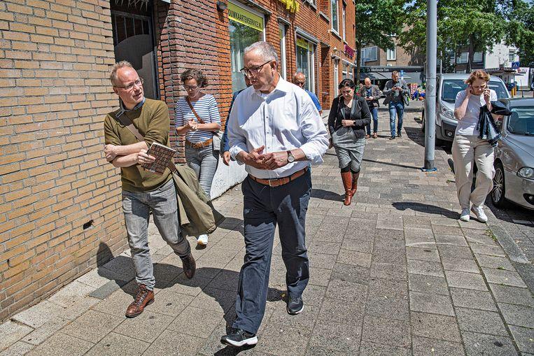 Volkskrant-verslaggever Bart Dirks en burgemeester Ahmed Aboutaleb in de Rotterdamse wijk Carnisse. Beeld Guus Dubbelman / de Volkskrant