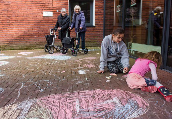 Tijdens de eerste coronagolf versierden kinderen de stoep van woonzorgcentra, zoals bij Vitalis Berckelhof in Eindhoven. Het was de regering die toen een algehele sluiting verordonneerde. (archieffoto)