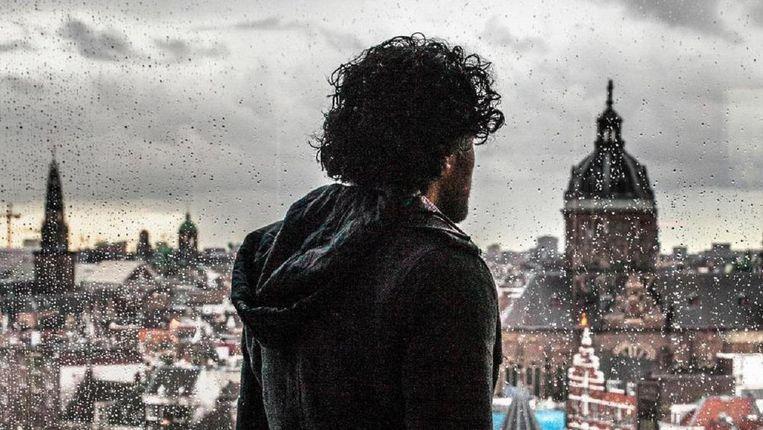 Aziz, de Syriër die herkend werd als IS-strijder in De Balie, kijkt uit over Amsterdam waar hij woont en werkt. Beeld Aurélie Geurts