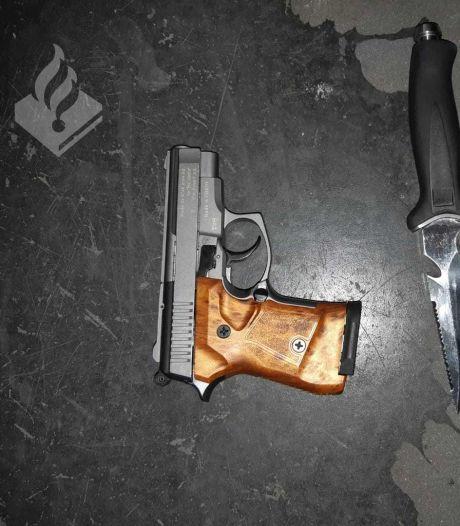 Hengeloër (21) met wapens aangehouden nadat buurtbewoners schoten horen