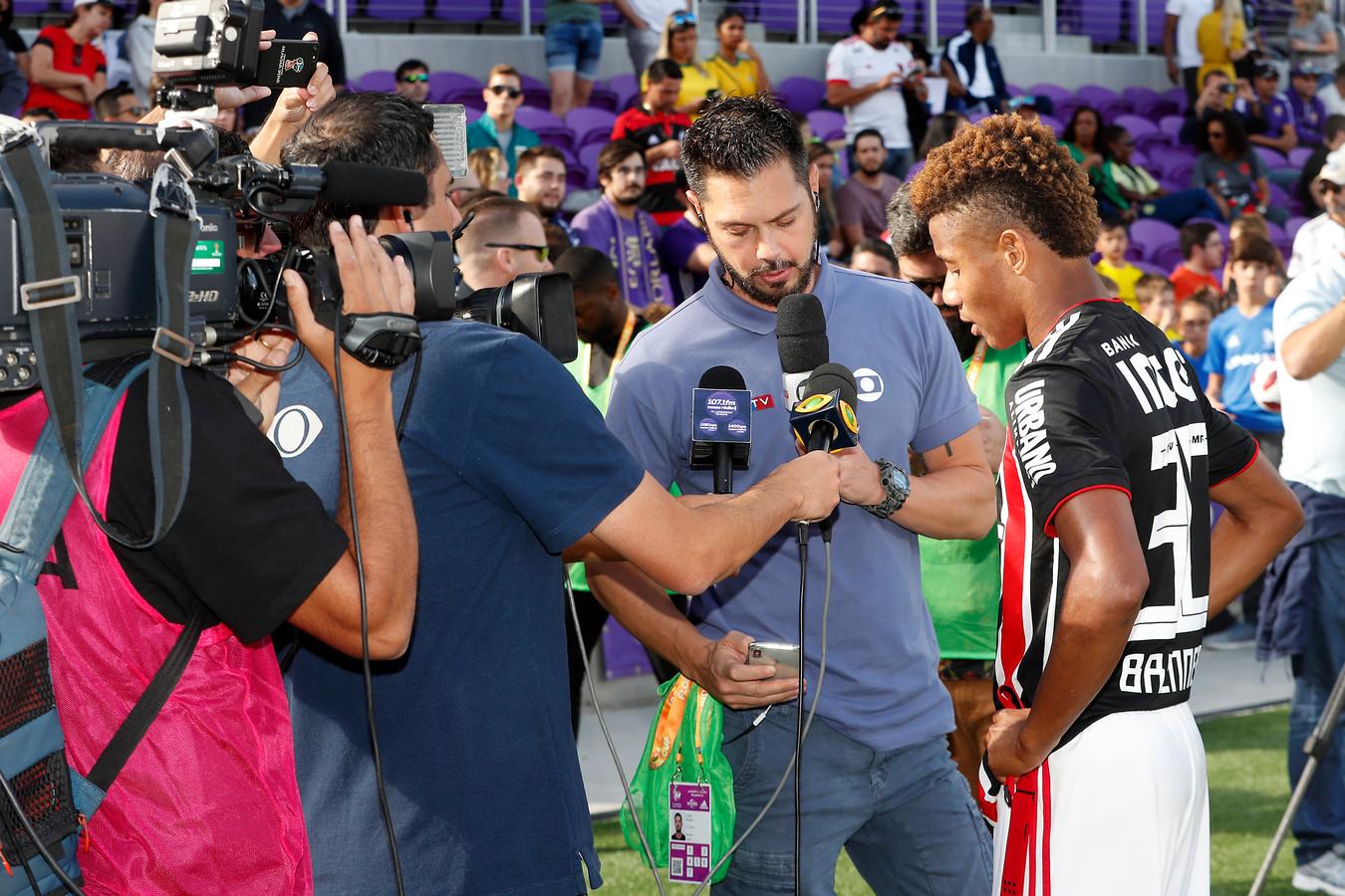 David Neres mag op de Braziliaanse TV uitleggen hoe hij scoorde tegen Sao Paulo.