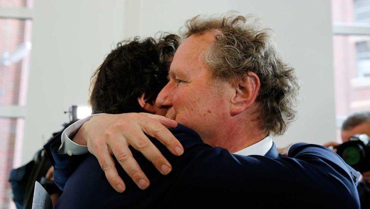 Fractievoorzitter van GroenLinks Bram van Ojik (R) en Kamerlid Jesse Klaver vallen elkaar in de armen na afloop van de persconferentie waarin Van Ojik aangeeft op te stappen als fractievoorzitter. Beeld anp