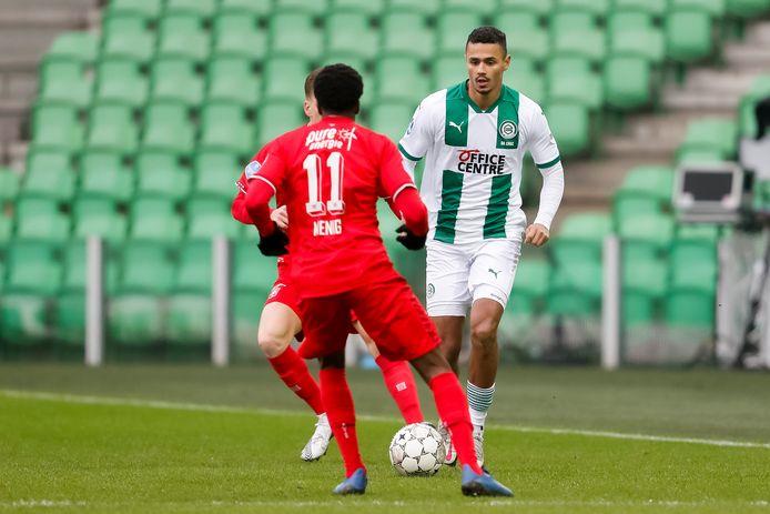 Alesio Da Cruz probeert zich te ontdoen van Queensy Menig van zijn oude club FC Twente.