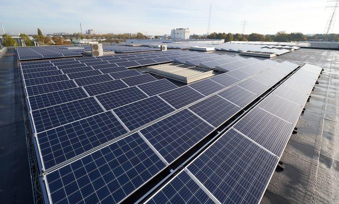 De overheid wil veel meer daken van bedrijven en boerderijen benutten voor zonnepanelen.