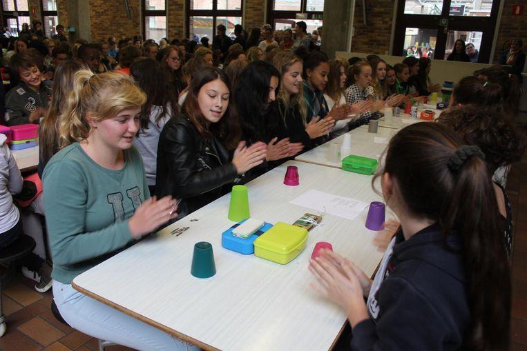 De leerlingen in de refter met hun beker voor de Cup Song.