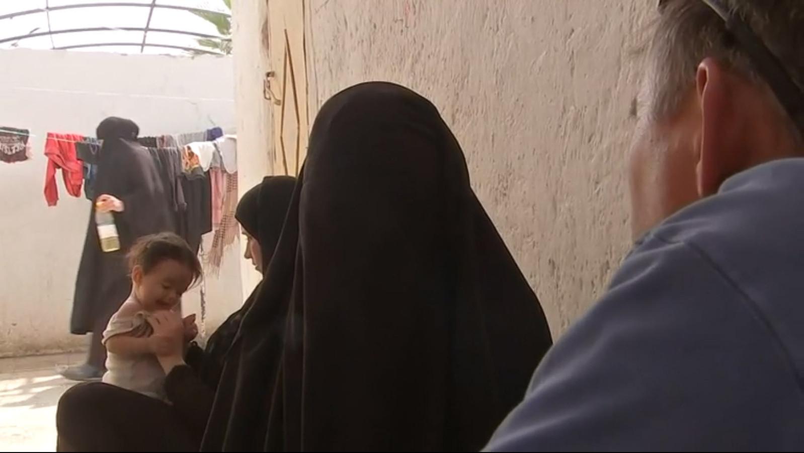 Ilham B. Nederlandse Jihadist uit Syrië geinterviewd door VRT verslaggever Rudi Vranckx in het vluchtelingenkamp Ain Aissa, inmiddels zit ze in een ander kamp.