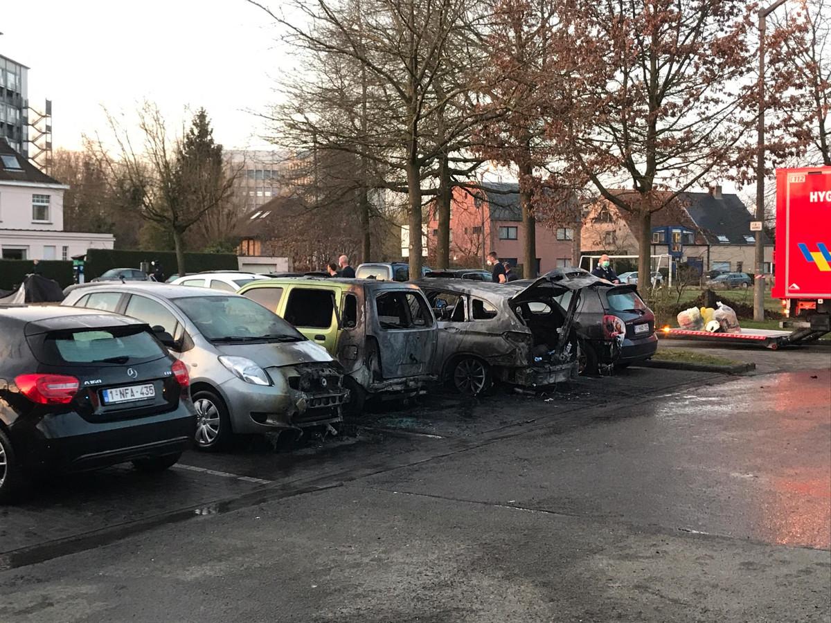Drie wagens brandden volledig uit, ook een vierde is beschadigd.