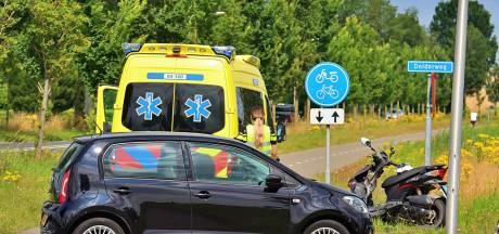 Twee gewonden bij aanrijding scooter en auto in Tuk