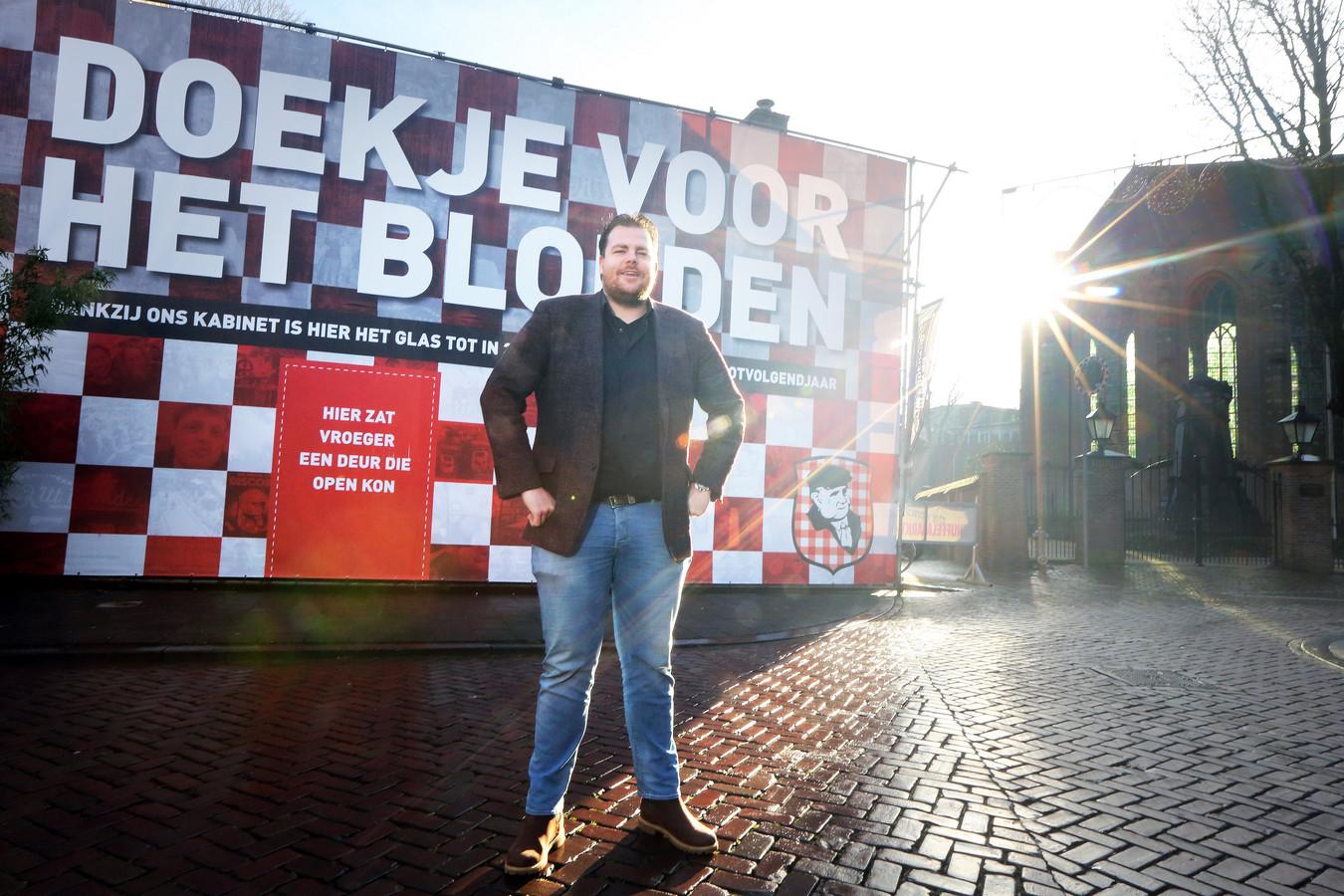 Uitbater Johan de Vos bij de van een protestdoek voorziene gevel van zijn café Boerke Verschuren op de Ginnekenmarkt in Breda.