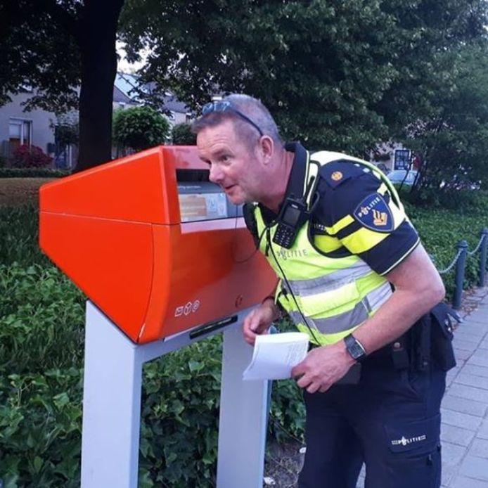 Wijkagent Berend Jager bij de betreffende brievenbus.