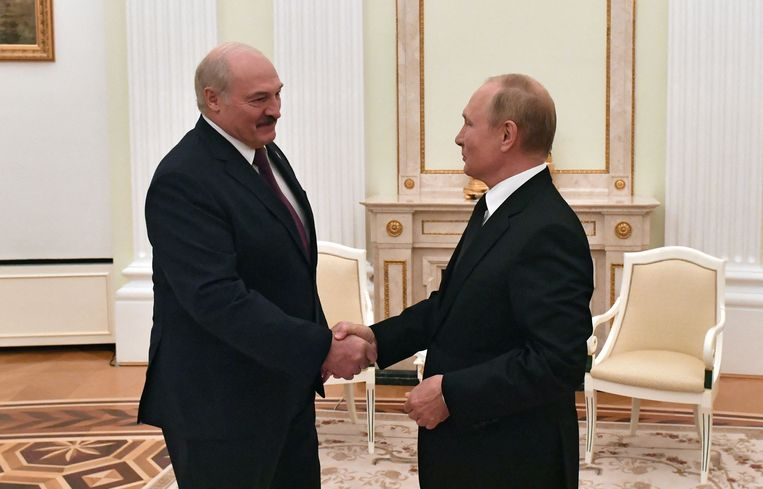 Aleksandr Loekasjenko (links) wordt in het Kremlin begroet door Vladimir Poetin. Beeld AFP