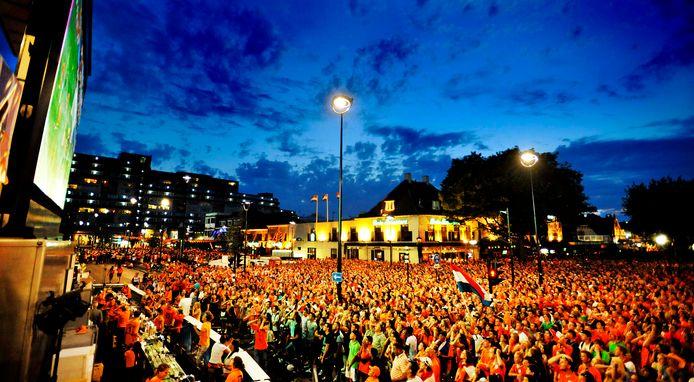 Ongekende beelden op 11 juli 2010: duizenden mensen volgen op grote videoschermen op het Piusplein de finale van Oranje tegen Spanje tijdens het WK in Zuid-Afrika.
