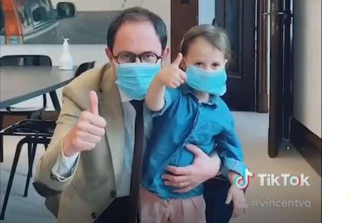 Burgemeester Vincent Van Quickenborne  en zijn dochter Bo, allebei met een mondmasker aan.