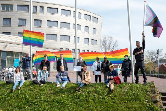 Een rijtje regenboogvlaggen hebben woensdagmiddag in ieder geval een tijdje bij het gemeentehuis in Zierikzee aan de vlaggenmasten gehangen. Eén van de initiatiefnemers van de actie was Jelt Pekaar (tweede van links achterste rij).