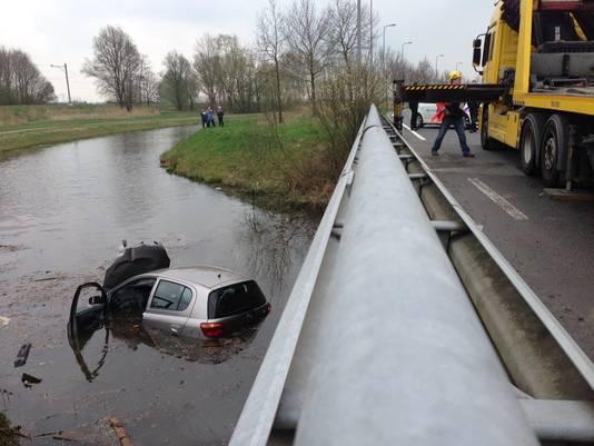 De  automobiliste raakte van de weg en reed met haar auto het water in.