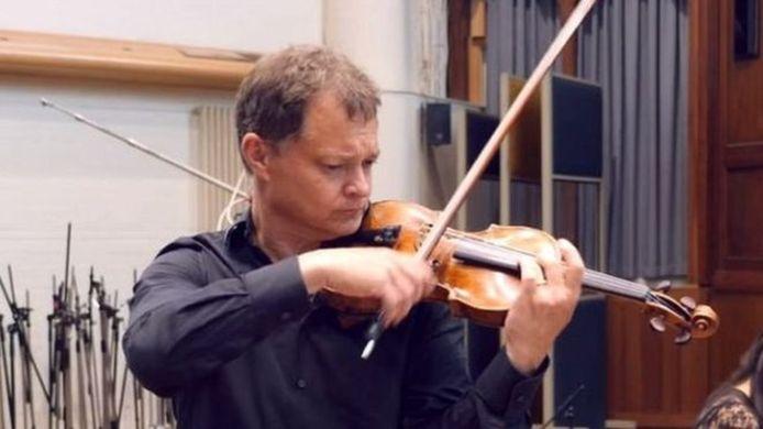 Stephen Morris had het instrument geleend van zijn vrouw.