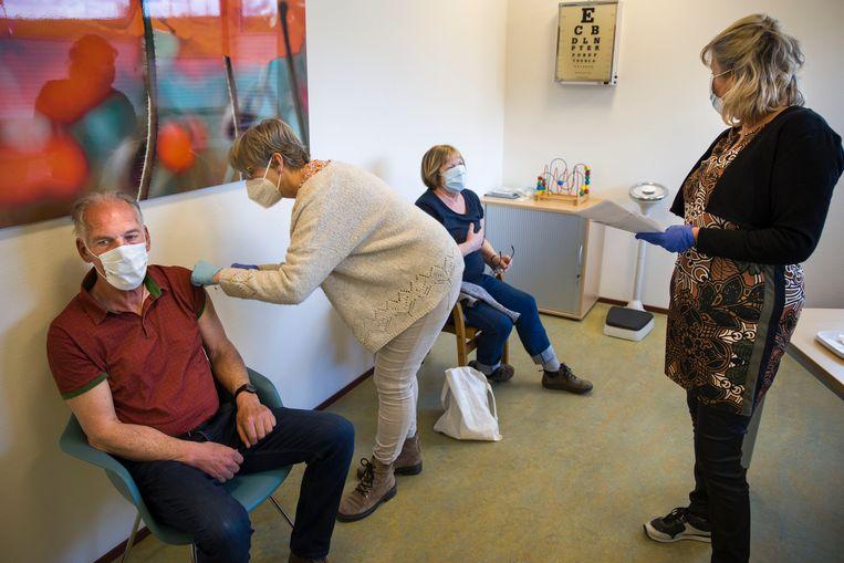 Mensen worden gevaccineerd in de huisartsenpost Nieuw-Beijerland met AstraZeneca.  Beeld Arie Kievit