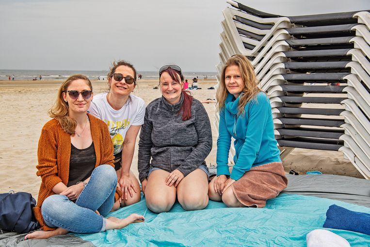 Vriendinnen uit Kassel vieren een vrijgezellenfeest in Zandvoort. 'Nederland leek ons leuker, want hier zijn veel minder regels.' Beeld Guus Dubbelman / de Volkskrant