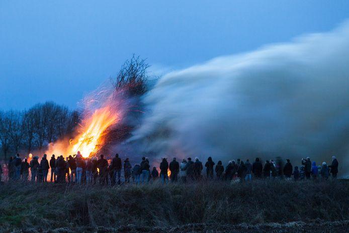 Het paasvuur aan de Bonte Koeweg in Baak.
