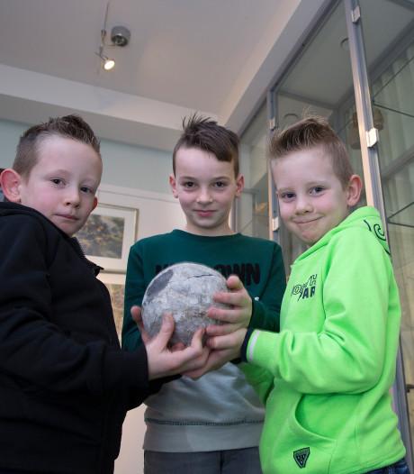 Jongens vinden middeleeuwse kanonskogel op geluidswal in Doetinchem