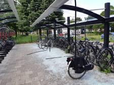 Fietsenstalling en bushokjes aan diggelen geslagen in Soest