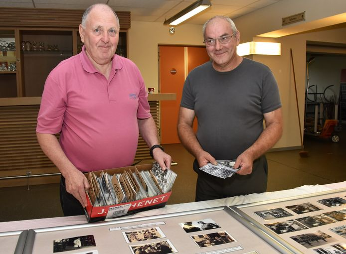 Adjudant-majoor Marcel De Wilde en Jef Van Otten zoeken de foto's voor de tentoonstelling uit.