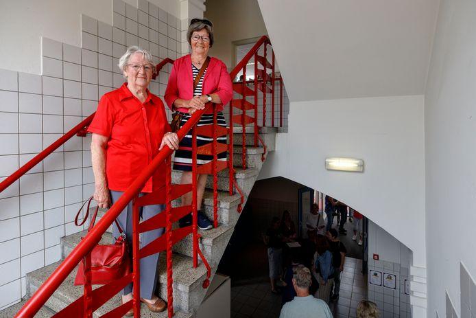 De theresiaschool gaat tegen de vlakte. Deze zaterdag mochten oud leerlingen en docenten nog een keer het gebouw bezoeken en herinneringen ophalen. Oud leerling Vin van Steenbergen (links) en kleuterjuf Coby van Hemert - Van Steenbergen op de trappen van de oude school.