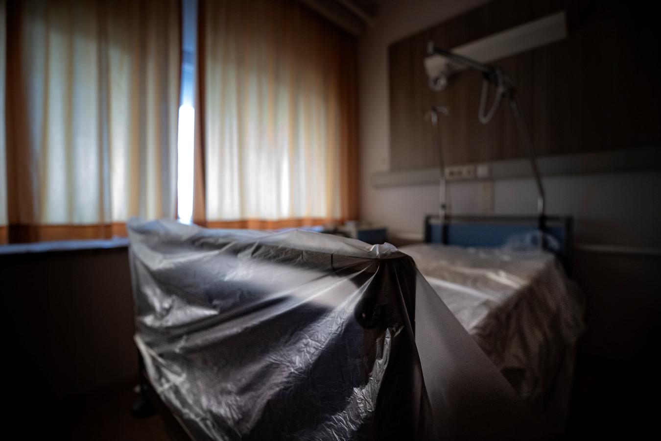 Een lege verpleegafdeling op het Maxima Medisch Centrum. Door de grote groep Covidpatienten zien andere patiënten hun operatie uitgesteld. Artsen worden ingezet op de intensive care afdeling in het ziekenhuis in Veldhoven.