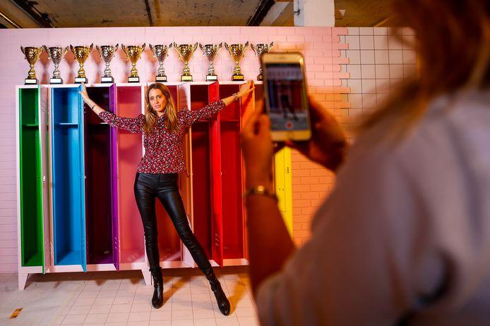 Influencer Barbara Celine Zwerver bij het kleurrijke rijtje high school lockers.