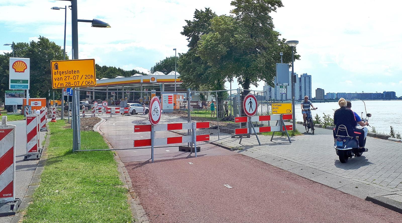 De klus is bijna geklaard. Het bochtige fietspad op de Rotterdamse Maasboulevard is 'strakgetrokken' en voor auto's naar het tankstation komen drempels zoals ze moeten afremmen.