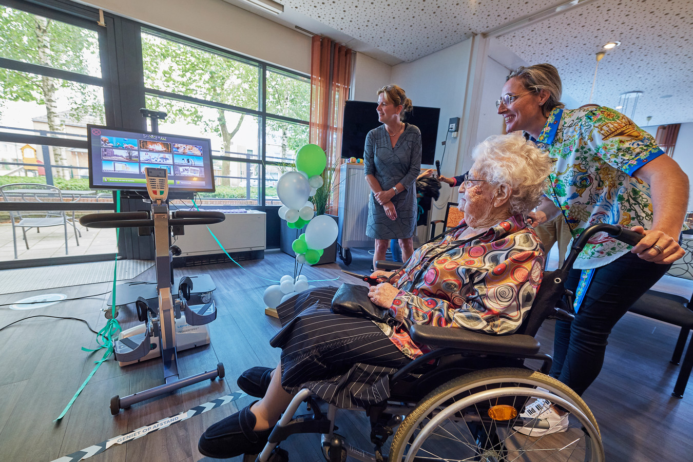Huize Heelwijk start interactiefbeeldscherm onthuld door 104 jarige bewoonster.