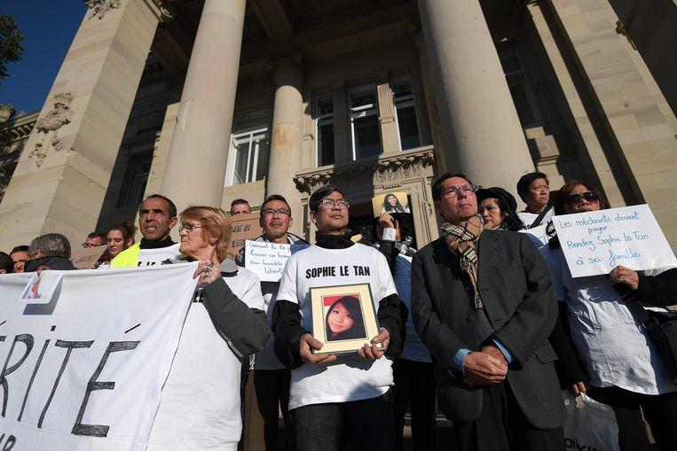 Demonstranten schreeuwden vorig jaar om gerechtigheid tijdens een hoorzitting van Reiser in het gerechtsgebouw van Straatsburg. Onder hen ook de vader van Sophie.