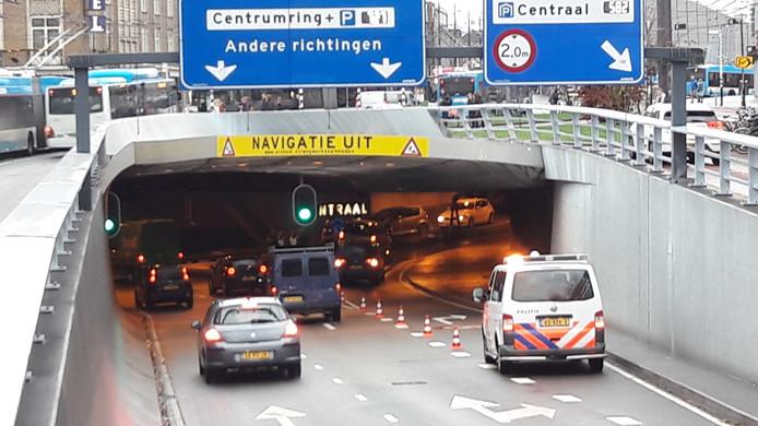 Een politiebusje blokkeert in de Wilemstunnel de toegang naar de parkeergarage onder station Arnhem Centraal.