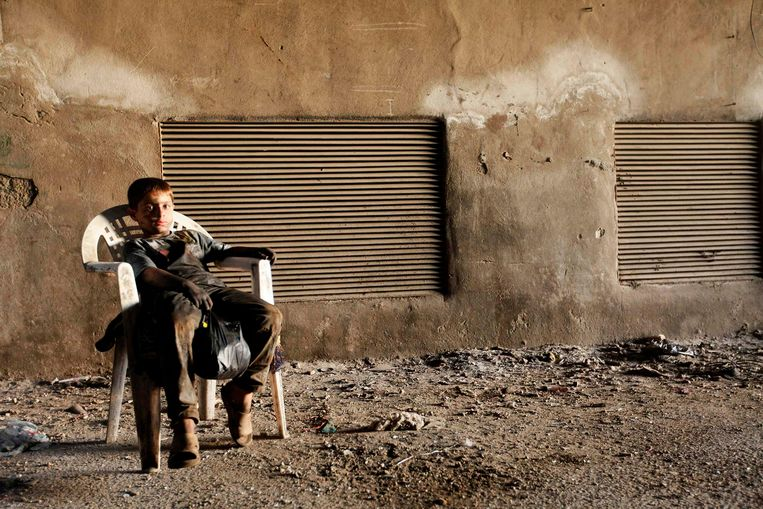 Issa, 10 years old, poses for a picture while resting on a plastic chair in Aleppo, September 7, 2013. Issa works with his father in a weapons factory of the Free Syrian Army for ten hours every day except on Fridays. REUTERS/Hamid Khatib (SYRIA - Tags: POLITICS CONFLICT CIVIL UNREST) Beeld REUTERS
