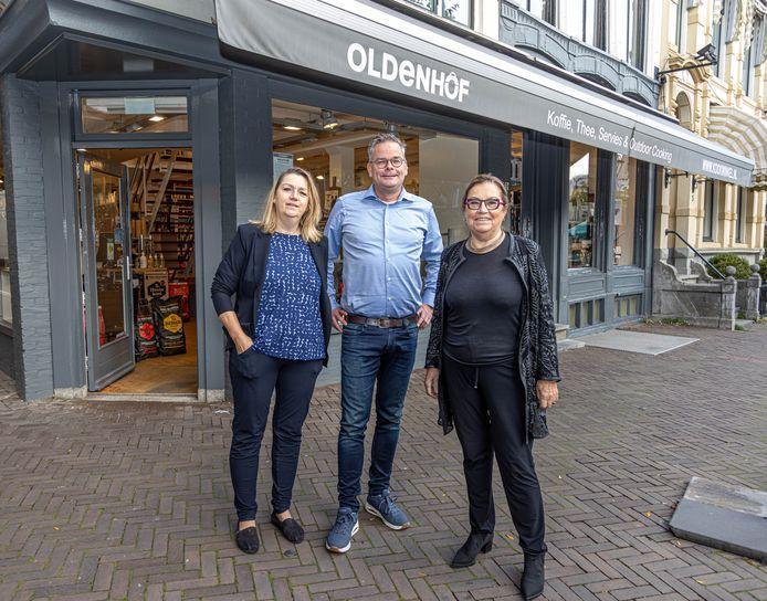 Marjolein Kamphuis, Barry Voorhorst en Riet Kamphuis (vlnr) voor de allereerste winkel aan het Gasthuisplein.
