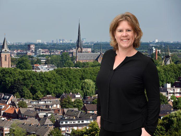 Columnist Daniëlle Pels, met op de achtergrond Woerden.
